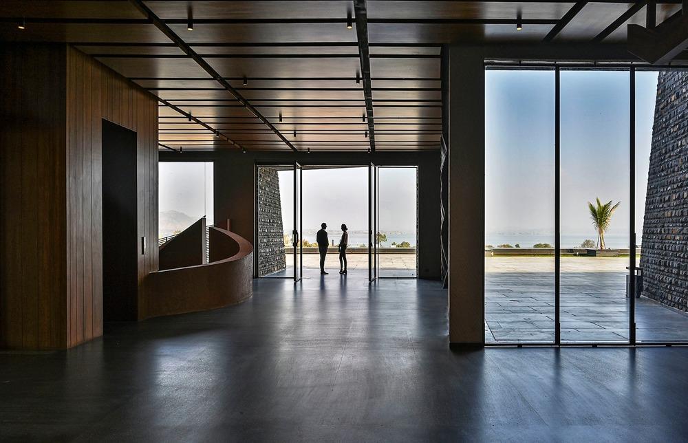Entrance Lobby - Open space and view of surroundings